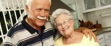 Abuelos felices en una cocina.